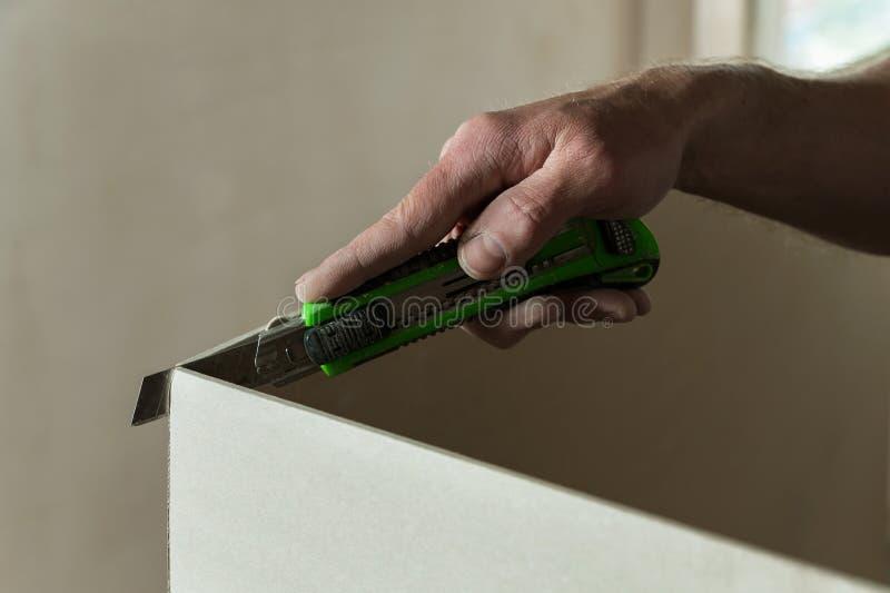 Mann schneidet ein Stück der Trockenmauer stockfotos