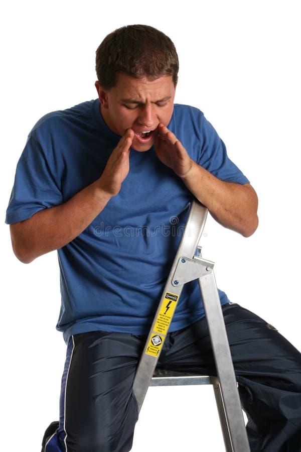 Mann schreit unten von der Strichleiter lizenzfreie stockfotos