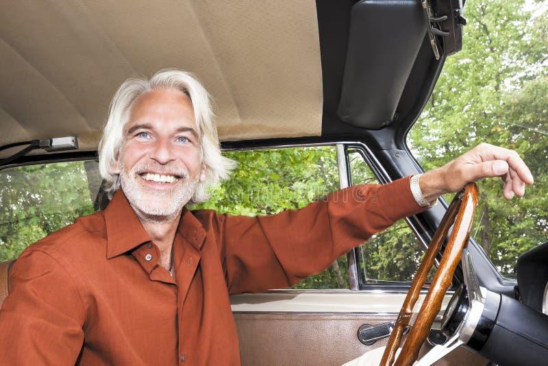 Mann in seinem Auto stockbilder