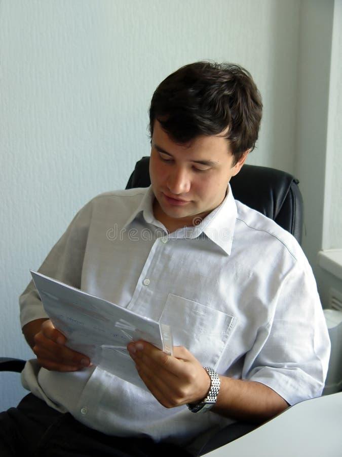 Mann in seinem Büro stockfotografie