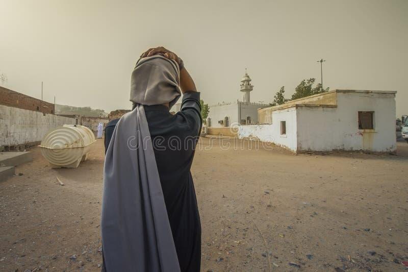 Mann setzte eine Hand auf seinen Kopf vor Moschee stockfoto
