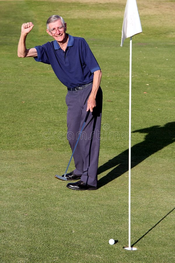 Mann-sinkender Golfball lizenzfreie stockfotografie
