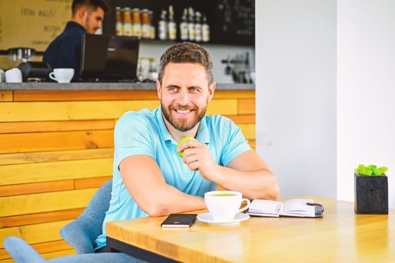 Mann sitzen essen grüne Apfelfrucht Das Mittagessen essen Apfel Gesunde Gewohnheiten Kaffeepause zum sich zu entspannen Gesundes  lizenzfreie stockbilder