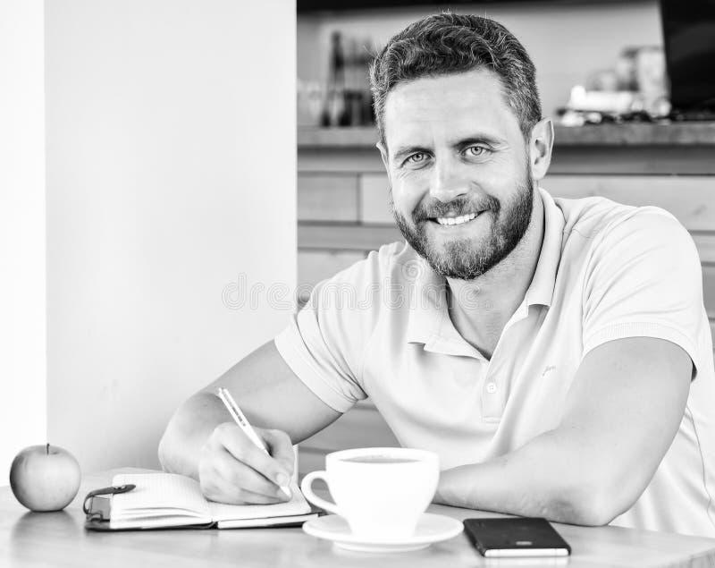 Mann sitzen essen grüne Apfelfrucht Kaffee- und Fruchtnachladenenergiereserve Gesunde Gewohnheiten Gesundes Mannsorgfaltvitamin stockbilder