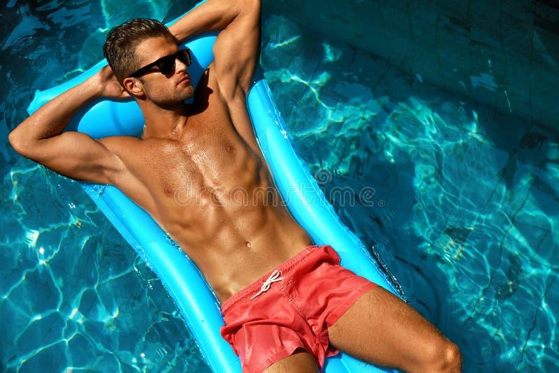 Mann-Sommer-Mode Männliches vorbildliches Tanning By Pool Haut Tan stockbilder