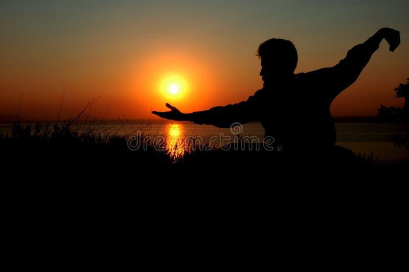 Mann am Sonnenaufgang stockbilder