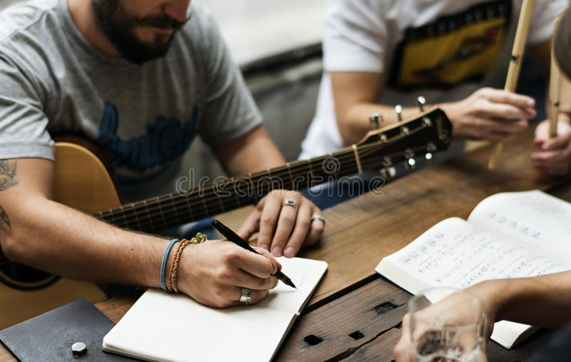 Mann-Spiel-Gitarre schreiben Lied-Musik-Wiederholung lizenzfreies stockbild