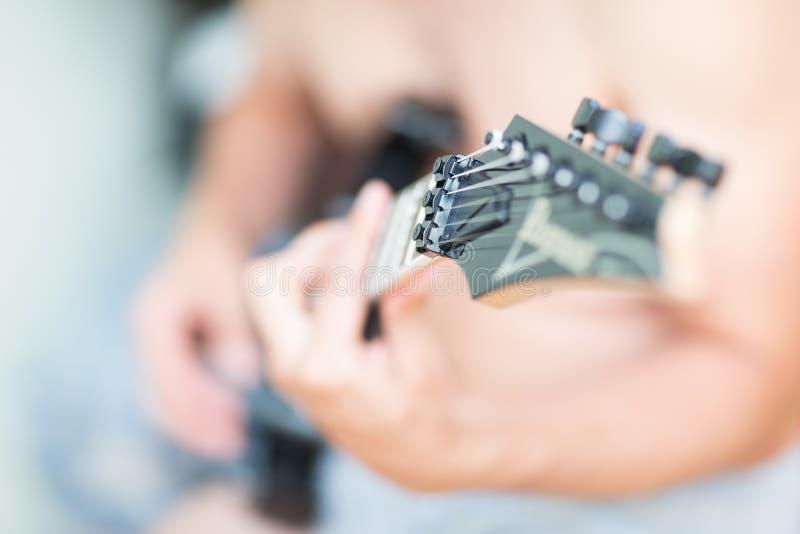 Mann spielt Gitarrenstifte Gitarre defocus freien Raumes stockfoto