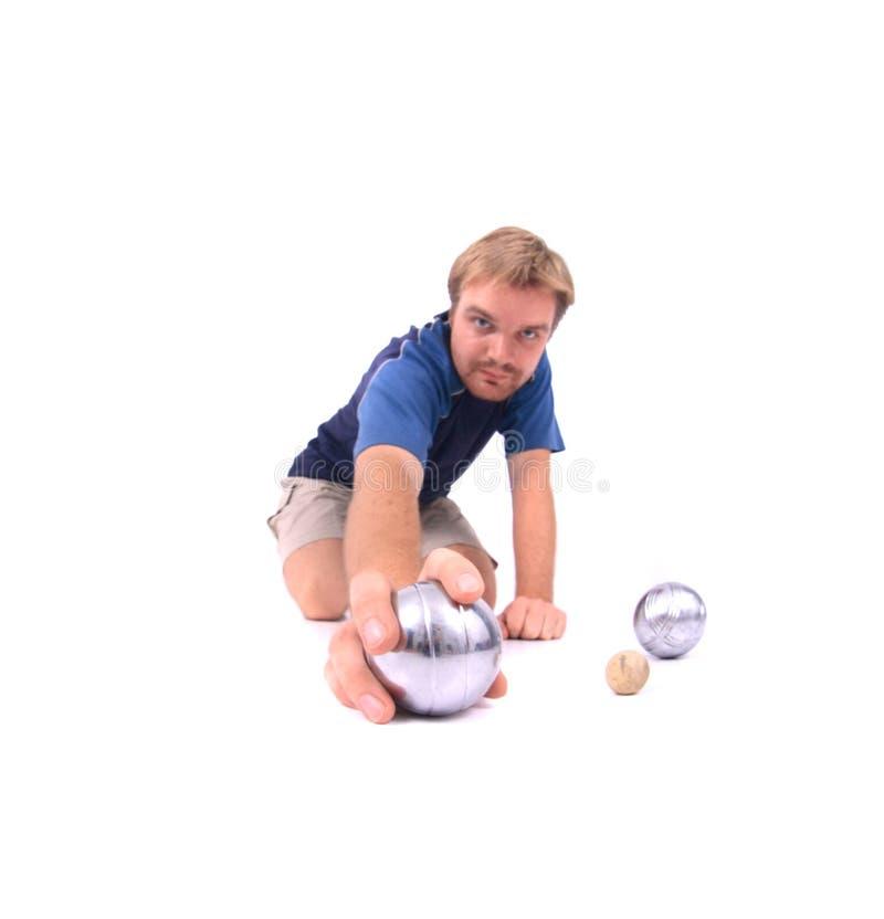 Mann spielt petanque lizenzfreies stockbild