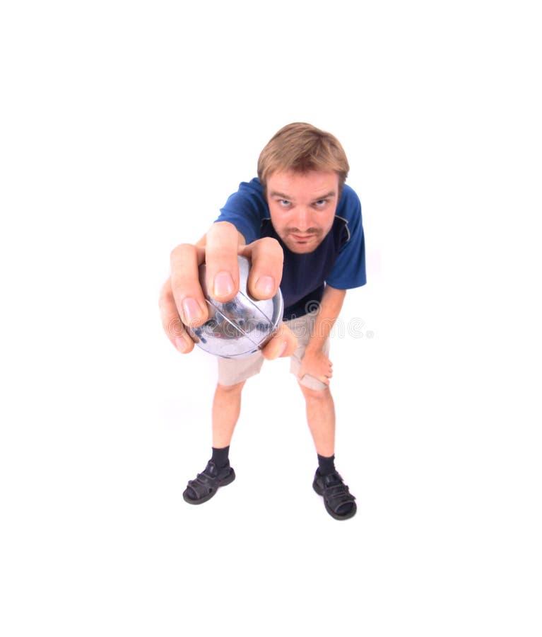 Mann spielt petanque stockfotos