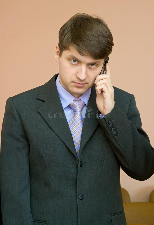 Mann spricht durch einen Handy stockfotografie