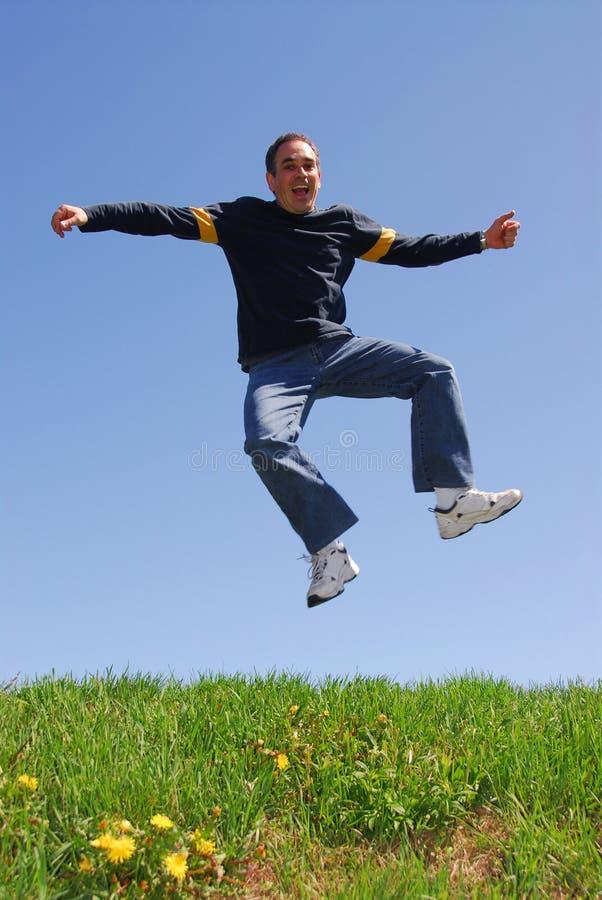 Mann springen glückliches lizenzfreie stockfotos