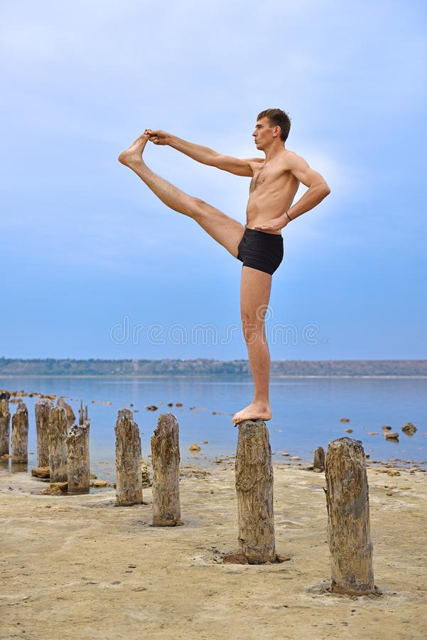 Mann-Stand auf hölzernen Säulen lizenzfreie stockfotografie