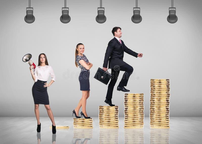 Mann steigt durch Treppe von den Münzen lizenzfreie stockfotos