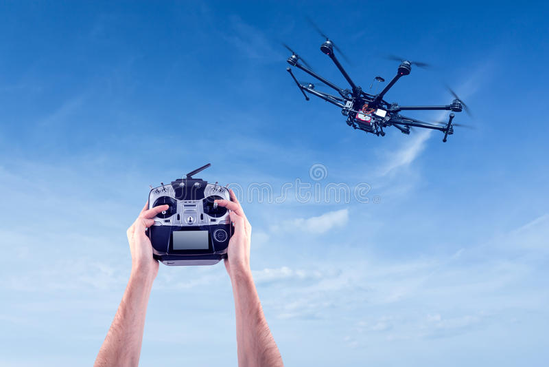 Mann steuert die Fliegenbrummen lizenzfreie stockbilder