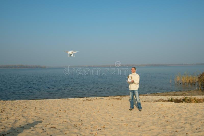 Mann steuert quadrocopter, Brummen stockbilder