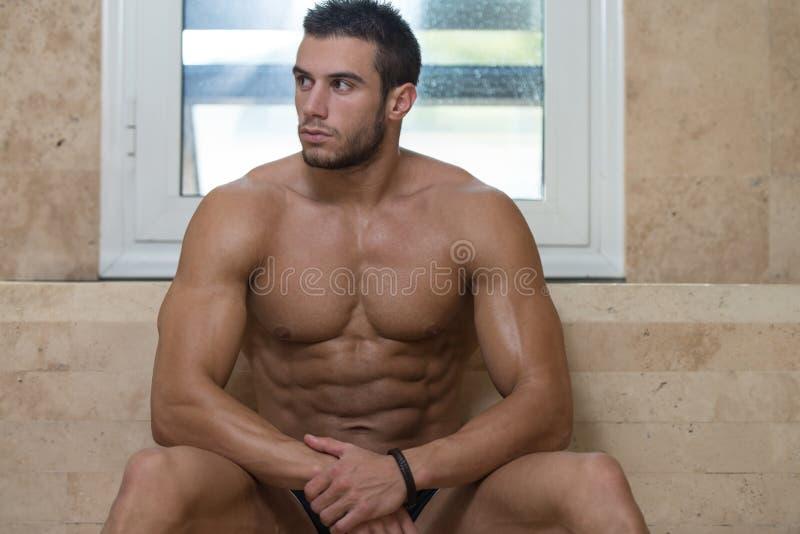 Mann-Stillstehen entspannt in der heißen Sauna lizenzfreies stockfoto
