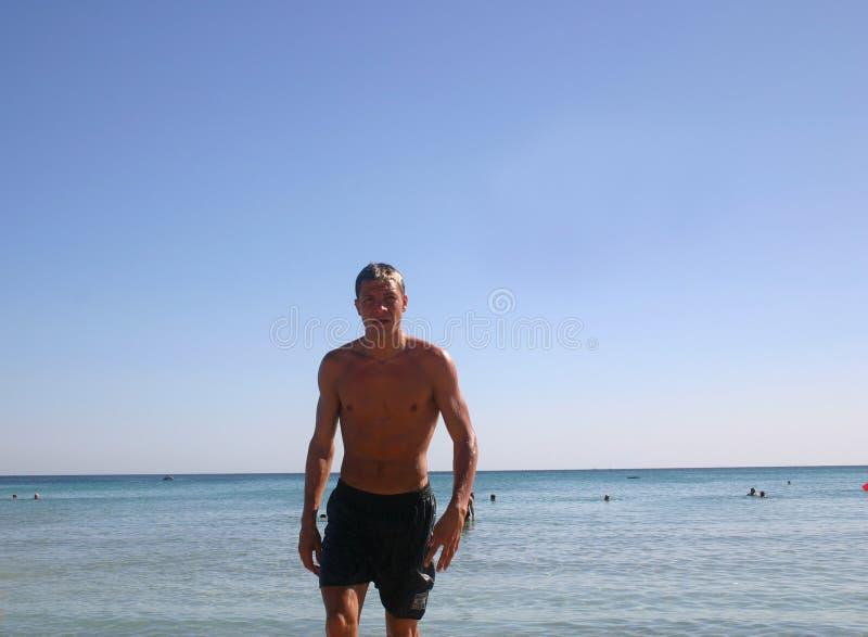 Mann am Strand stockfoto