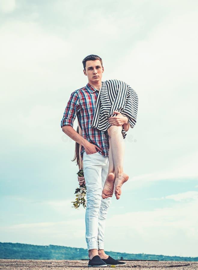 Mann trägt ein Mädchen auf Himmel Gehen im Freien müde, nachdem Tag erschöpft worden ist Wandern von Reise Paare in der Liebe Jun stockbild