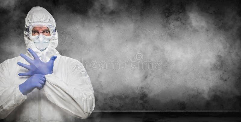 Mann trägt Hazmat Anzug und Goggles in Smokey Room Banner mit Copy Space lizenzfreie stockbilder