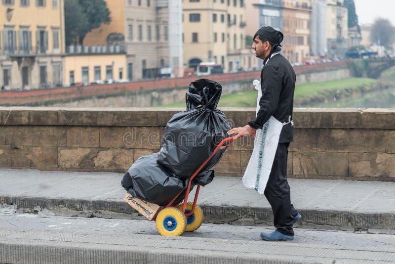 Mann-tragende Abfall-Taschen lizenzfreies stockbild