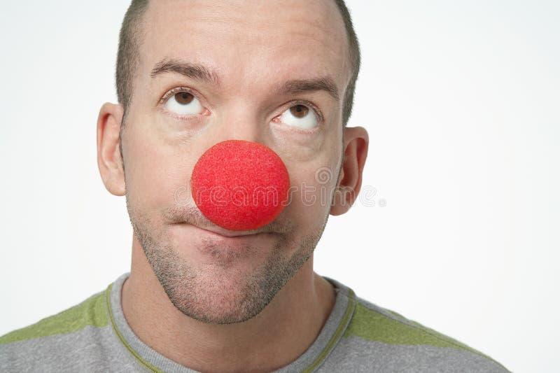 Mann-tragender Clown Nose lizenzfreies stockbild