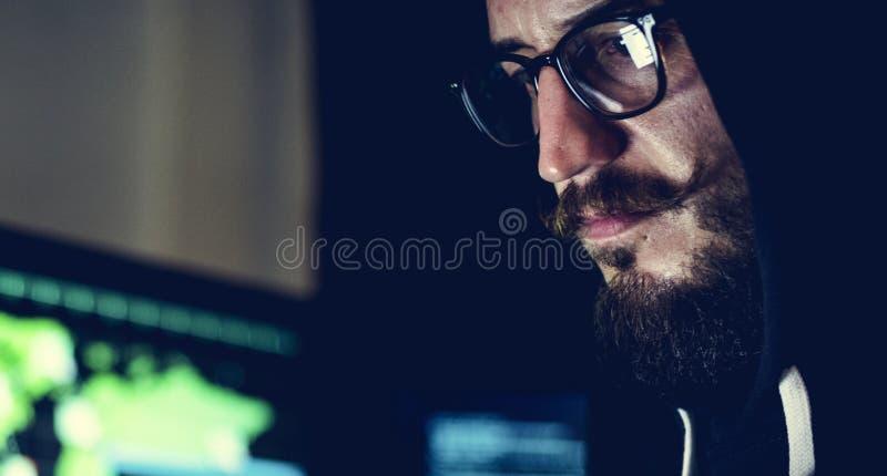 Mann tragender Hoodie im Hackertrieb stockbilder