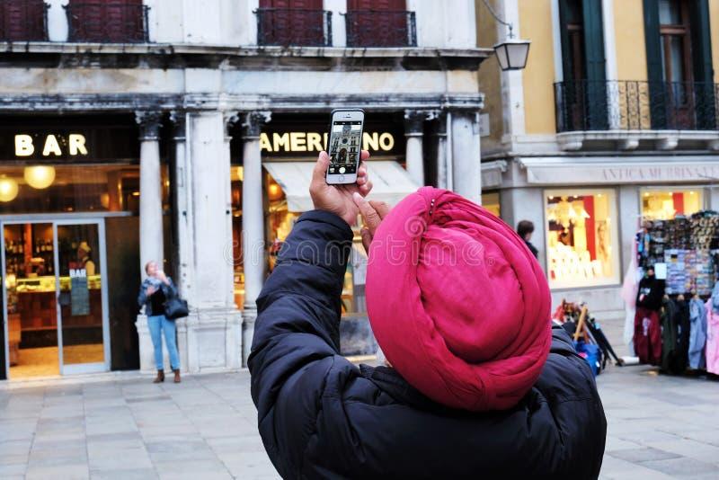 Mann-tragender Turban, der Foto des Glockenturms im Marktplatz San Marco in Venedig, Italien macht lizenzfreies stockbild