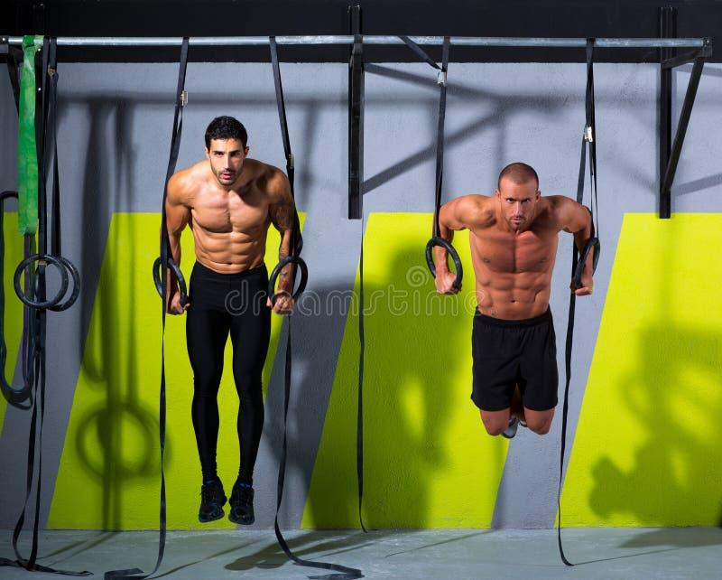 Mann-Training des Crossfit Badringes zwei an der Turnhalle lizenzfreies stockfoto