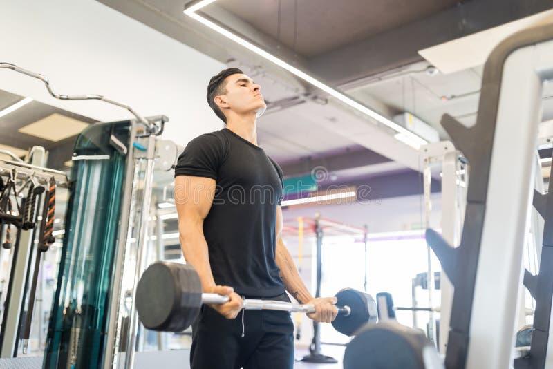 Mann-Trainings-Muskeln in der Turnhalle stockbilder