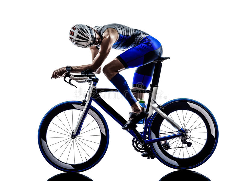Mann Triathloneisenmannathleten-Radfahrerradfahren stockfotos