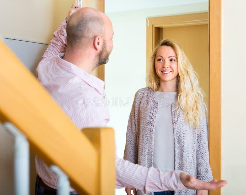 Mann trifft seinen weiblichen Gast stockfotografie