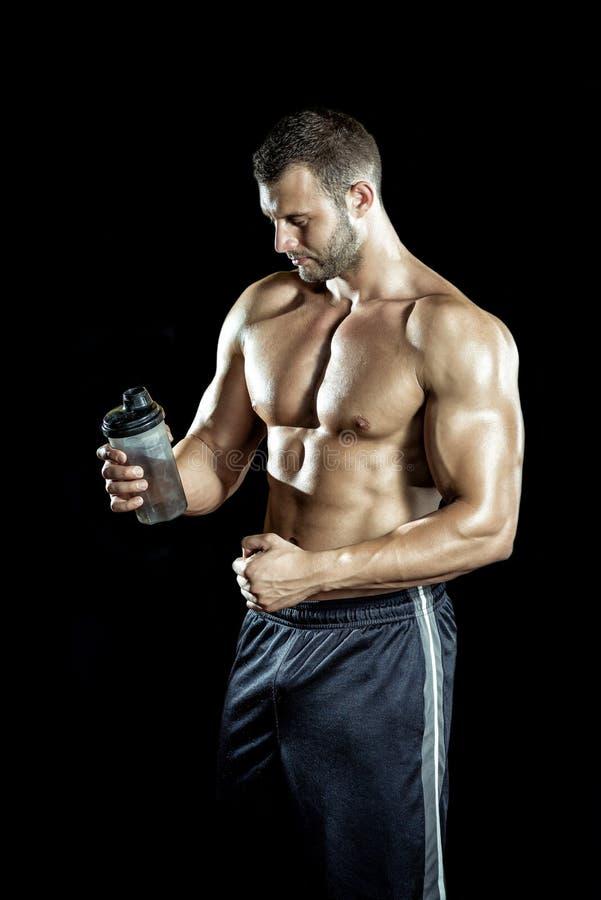 Mann-trinkender Proteindrink lizenzfreie stockbilder