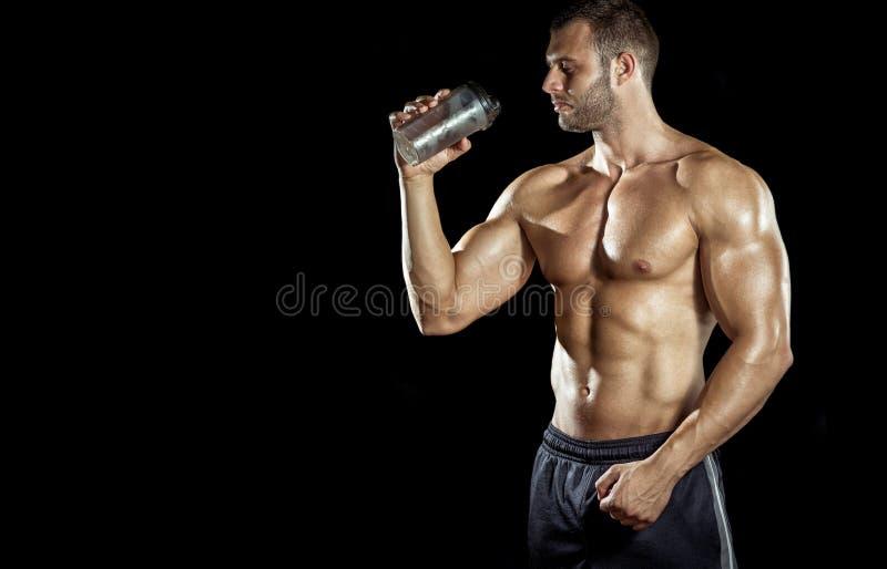 Mann-trinkender Proteindrink lizenzfreie stockfotos