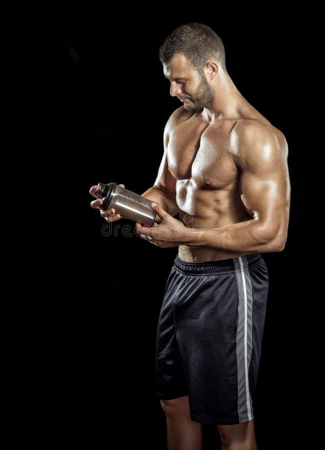 Mann-trinkender Proteindrink lizenzfreies stockbild