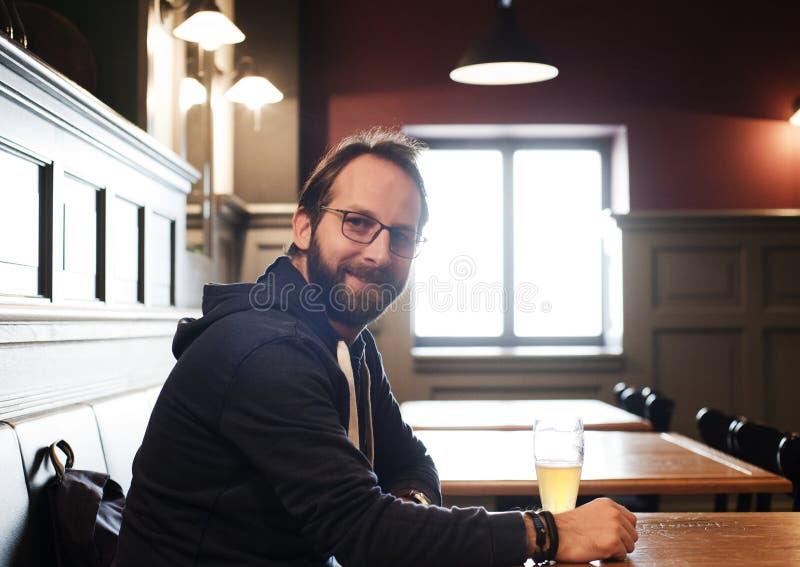 Mann-trinkendes Bier stockfotos
