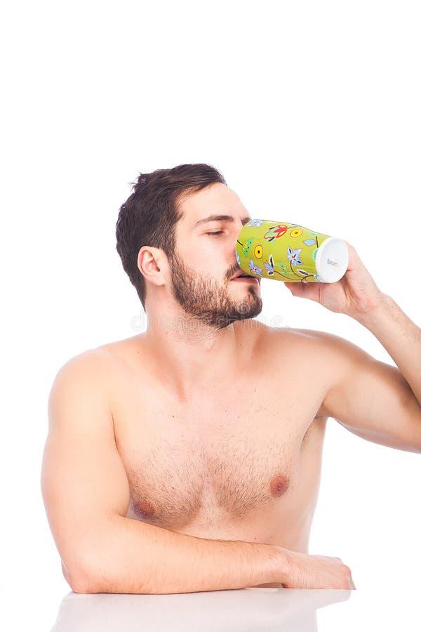 Mann trinkendes cuffe ohne Hemd stockbild
