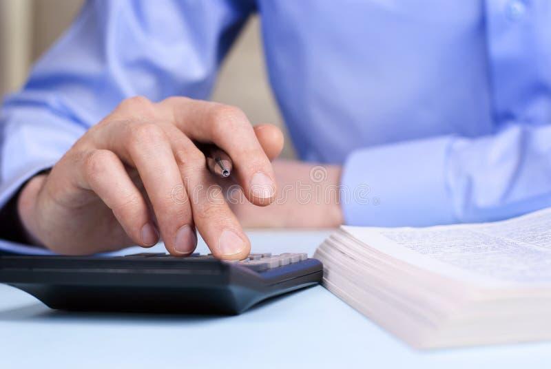 Hand und ein Taschenrechner lizenzfreie stockfotografie