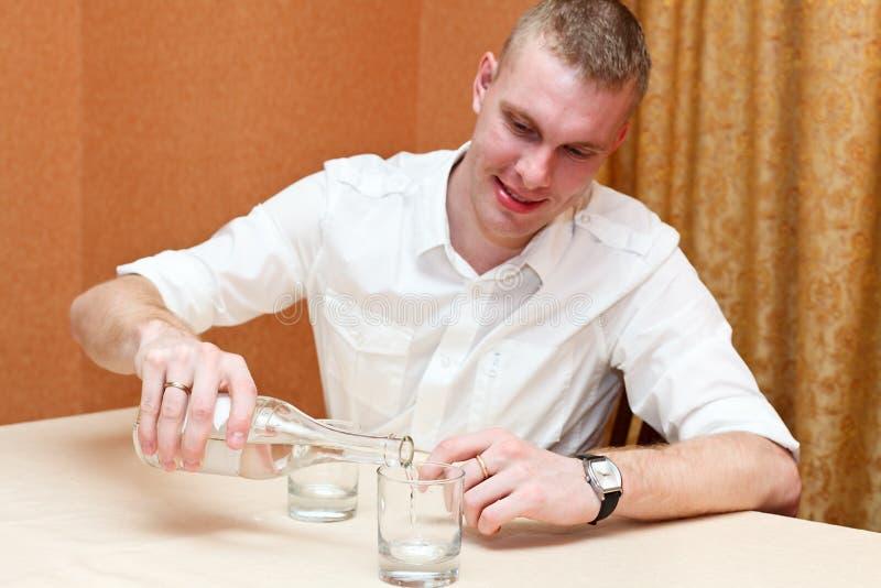 Mann und alkoholisches Getränk lizenzfreie stockbilder