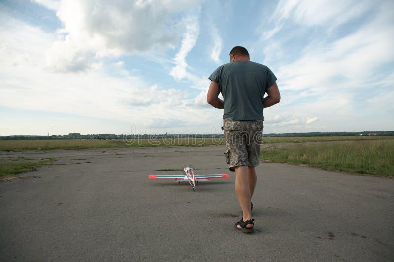 Mann und Baumuster des Flugzeuges stockfotos