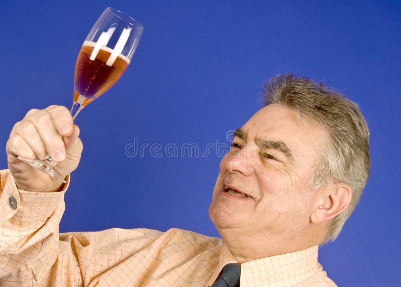 Mann und Champagne lizenzfreie stockbilder