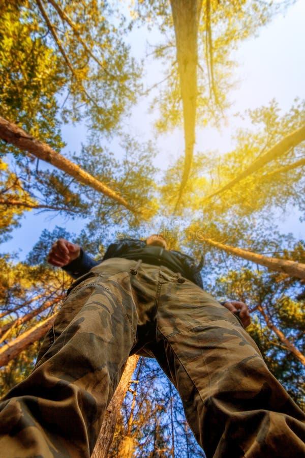Mann und der Wald im Herbst stockbilder