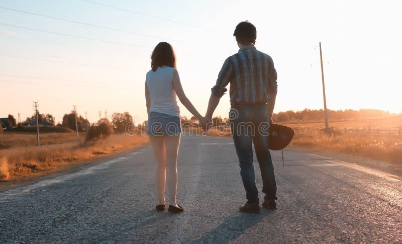 Mann und ein Mädchen gehen in den Herbst lizenzfreie stockfotografie
