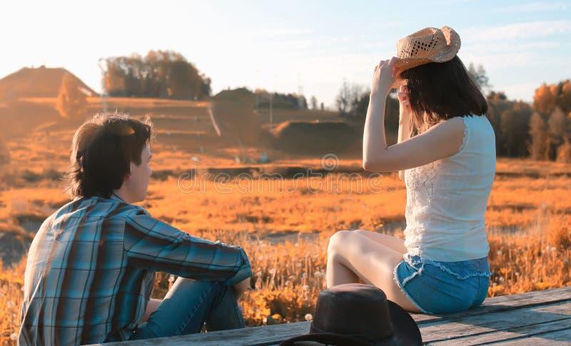 Mann und ein Mädchen gehen in den Herbst lizenzfreies stockbild