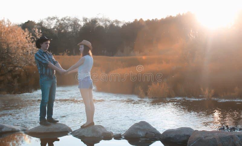 Mann und ein Mädchen gehen in den Herbst stockbild