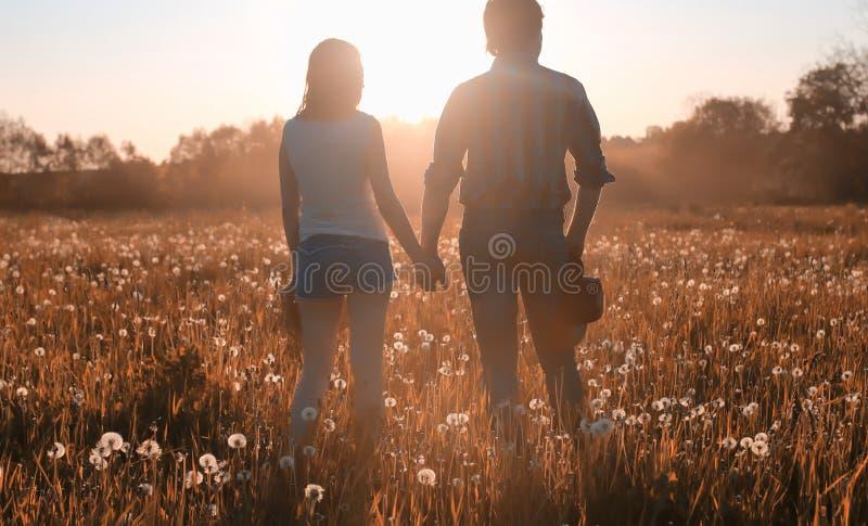Mann und ein Mädchen gehen in den Herbst lizenzfreies stockfoto