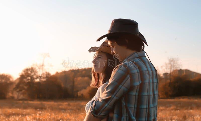 Mann und ein Mädchen gehen in den Herbst stockfotografie