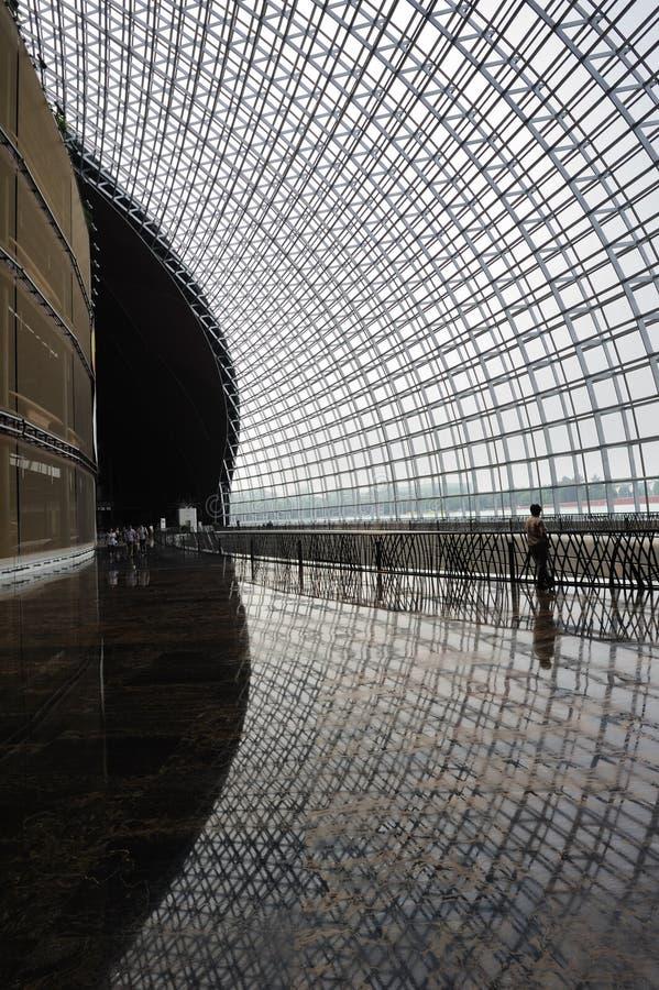 Mann und Fenster im modernen Gebäude stockfoto