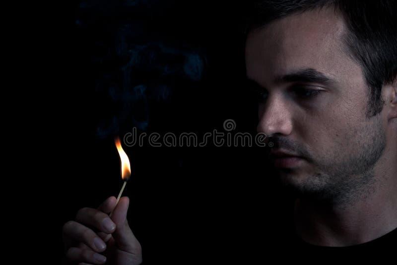 Mann und Feuer stockbilder
