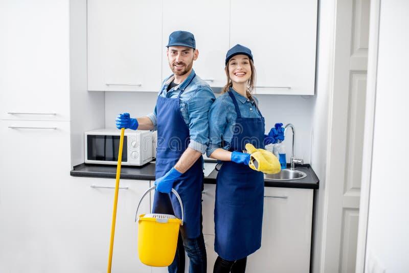 Mann und Frau als Berufsreiniger zuhause stockfoto